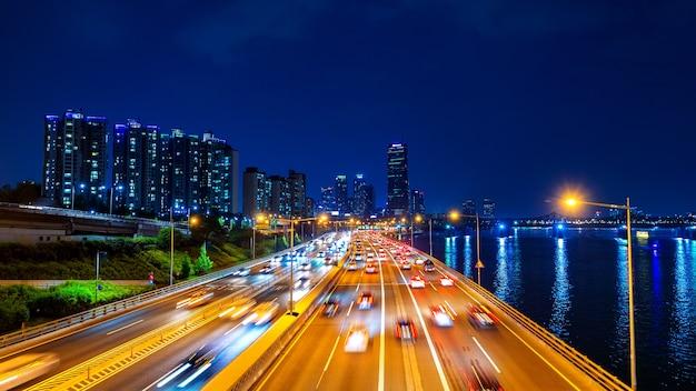 Prachtig verkeer in seoul 's nachts en stadsbeeld, zuid-korea met bewegingsonscherpte Gratis Foto
