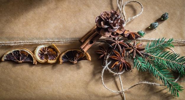 Prachtig verpakt met cadeau op houten muur Gratis Foto