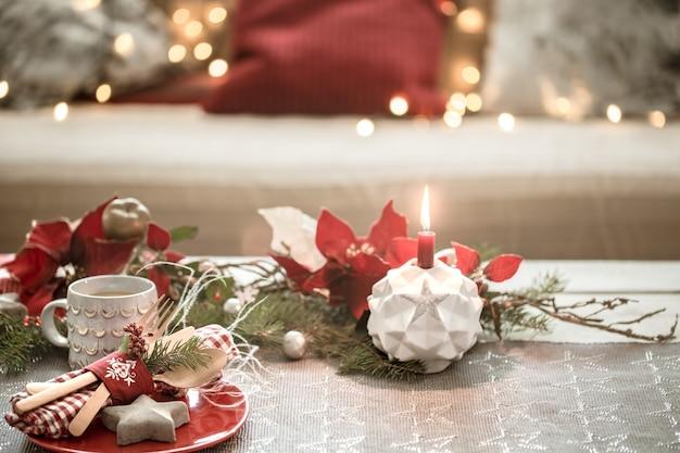 Prachtig versierde kersttafel in de woonkamer. Gratis Foto
