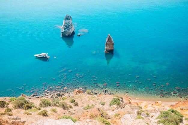 Prachtig zeegezicht. geweldige compositie van de natuur met bergen en kliffen. Premium Foto