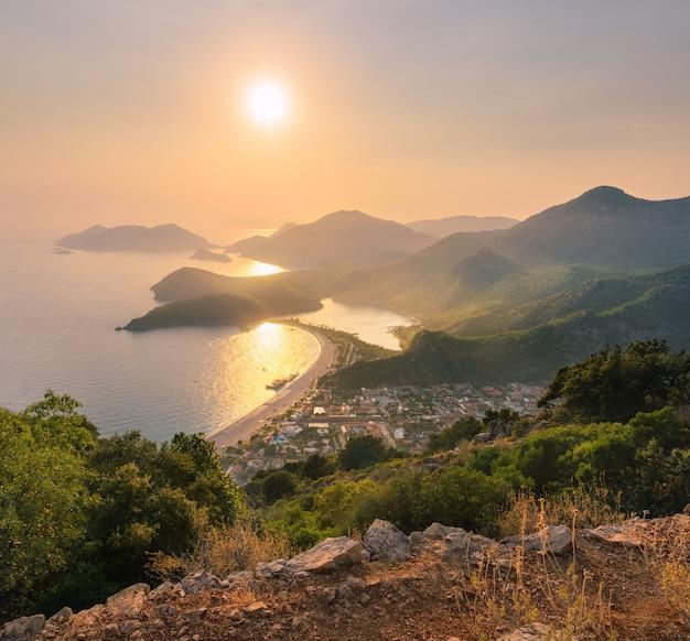 Prachtig zeegezicht met bergen, water, eilanden Premium Foto