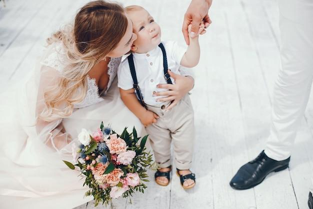 Prachtige familie met schattige kleine zoon Gratis Foto