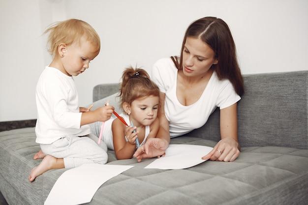 Prachtige familie tijd doorbrengen in een badkamer Gratis Foto