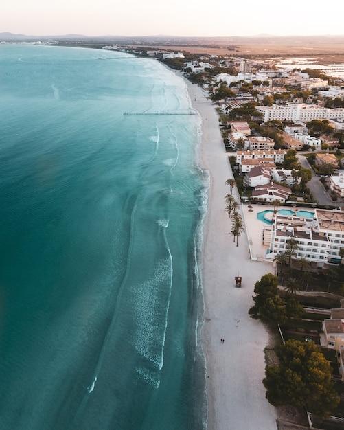 Prachtige foto in vogelvlucht van een stad, strand en zee Gratis Foto