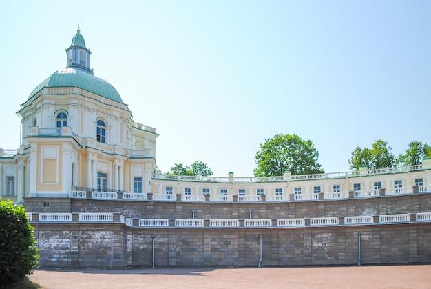 Prachtige gebouwen in oranienbaum lomonosov. st. petersburg Premium Foto