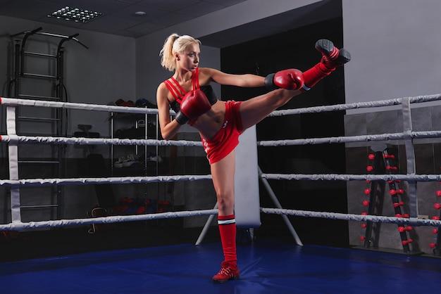 Prachtige jonge sterke en fit vrouw training boksen Gratis Foto