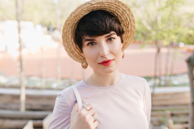 Prachtige jonge vrouw met grote groene ogen met een zachte glimlach Gratis Foto
