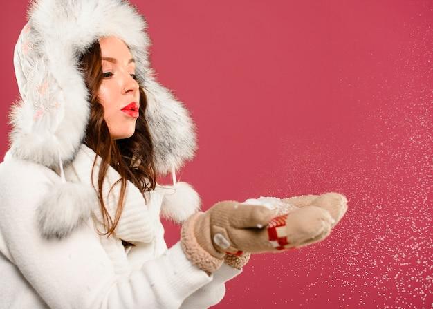 Prachtige kerstmodel blazende sneeuwvlokken Gratis Foto