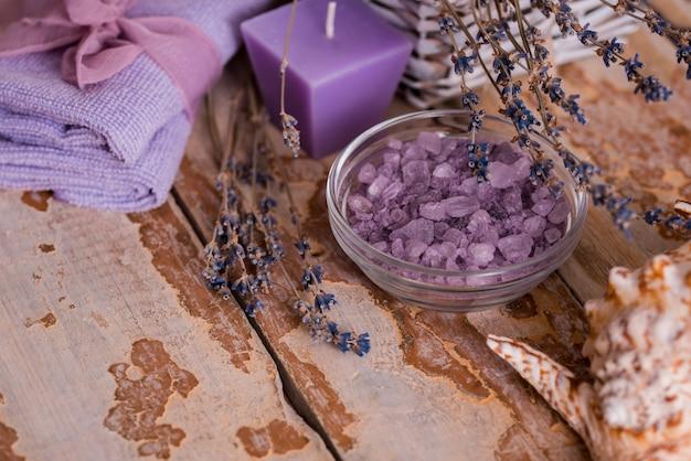Prachtige kuuroordsamenstelling met lavendel op lijst Premium Foto