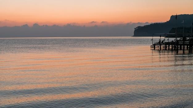Prachtige oceaan landschap en dock Gratis Foto