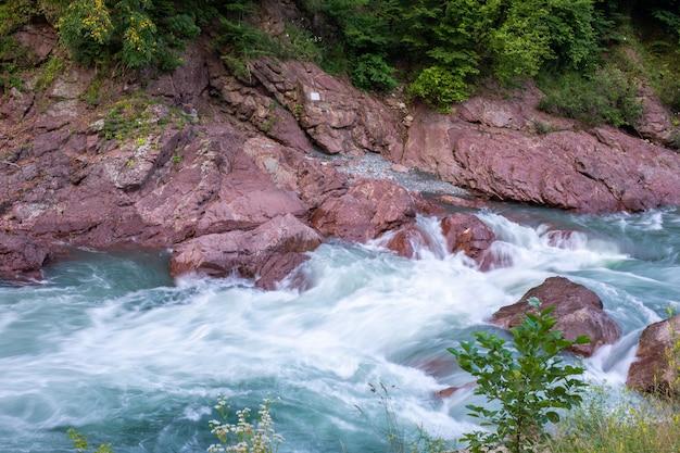 Prachtige rivier stroomt tussen de rotsen Premium Foto