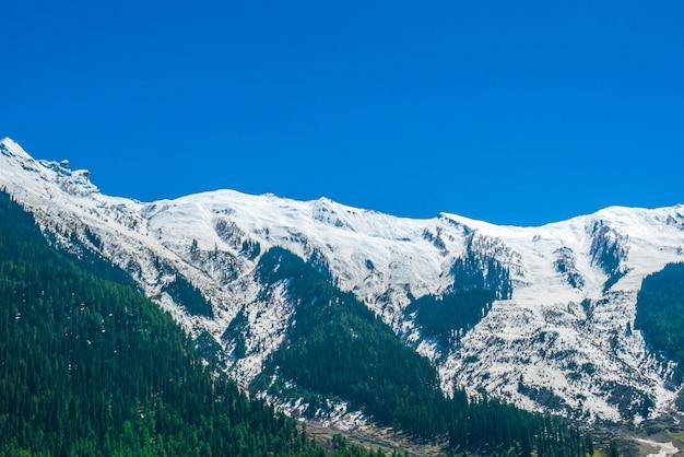 Prachtige sneeuw bedekt bergen landschap kashmir staat, india. Gratis Foto