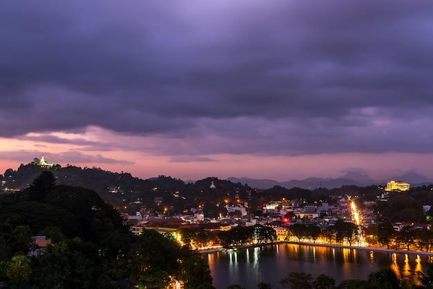 Prachtige stad kandy en meer 's nachts, kandy, sri lanka Premium Foto
