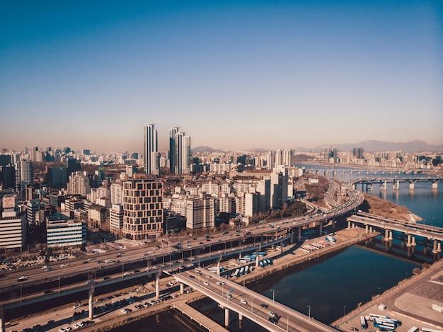 Prachtige stad seoul, rivierverdelingen, bruggen en wolkenkrabbers Premium Foto