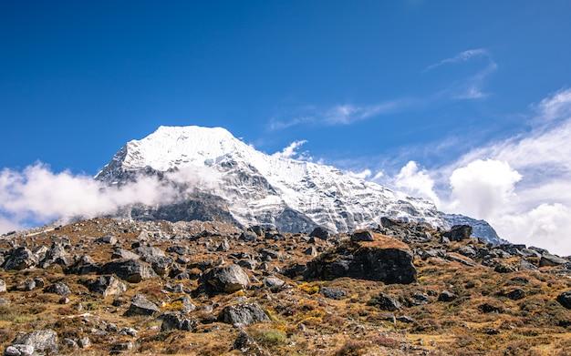 Prachtige stralende berg, dolakha, nepal. Premium Foto