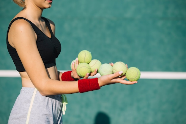 Prachtige tennisballen van de vrouwenholding Gratis Foto