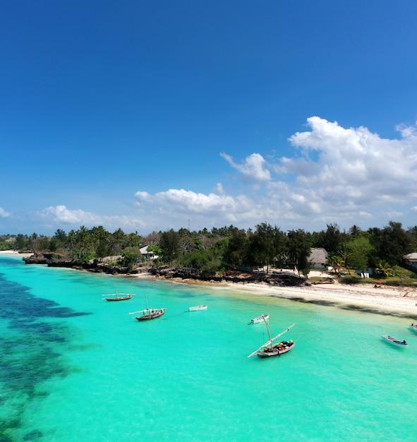 Prachtige tropische eiland zanzibar luchtfoto. zee in zanzibar strand, tanzania. Premium Foto