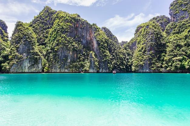 Prachtige tropische eilandbaai op phi phi leh island in zonnige dag Premium Foto