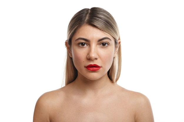 Prachtige vrouw met blond haar en rode lippen naakt poseren, dicht bij haar bebaarde echtgenoot voordat ze naar bed gaat. mensen, relaties, seks, seksualiteit, passie en sensualiteit concept Gratis Foto