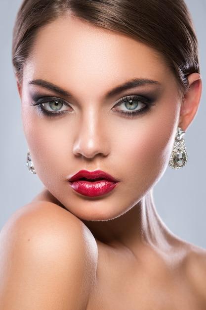 Prachtige vrouw met luxe oorbellen Premium Foto
