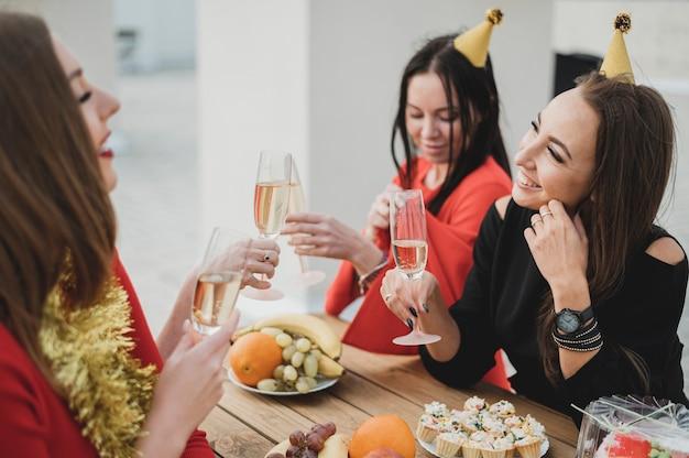 Prachtige vrouwen feesten op een verjaardag Gratis Foto
