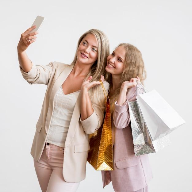 Prachtige vrouwen samen een selfie te nemen Gratis Foto