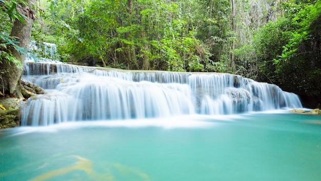 Prachtige waterval in diep bos Premium Foto