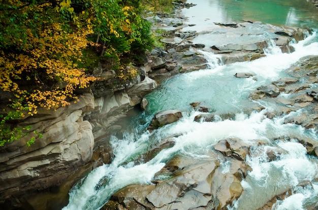 Prachtige waterval in herfst bos Premium Foto