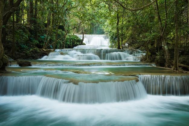 Prachtige waterval in het groene bos Premium Foto