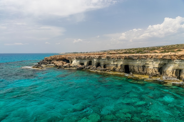 Prachtige zee grotten zijn gelegen aan de oostkust, in de buurt van de stad ayia napa. Premium Foto