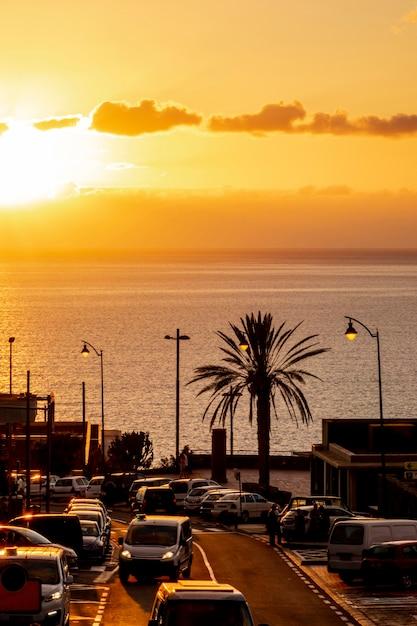 Prachtige zonsondergang aan de kust Gratis Foto