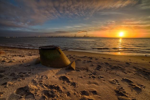 Prachtige zonsondergang op het strand, het perfecte landschap voor avondwandelingen aan de kust Gratis Foto