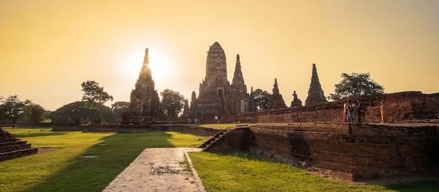 Prachtige zonsondergang oude stoepa in wat chaiwatthanaram tempel in ayutthaya historical park, een unesco-werelderfgoed in thailand. Premium Foto