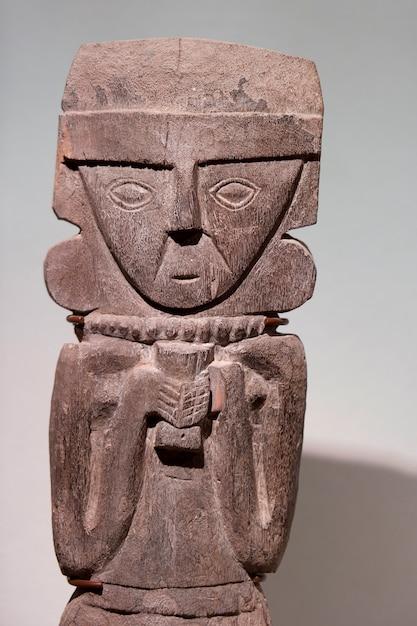 Pre-columbian houten standbeeld in museo de arte precolombino, cuzco, peru Premium Foto
