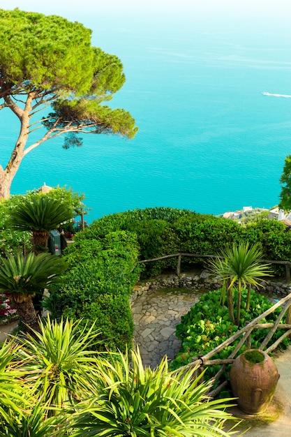 Prentbriefkaart met terras met bloemen en bomen, kleipotten in de tuin villas rufolo in ravello. amalfikust, campanië, italië Premium Foto