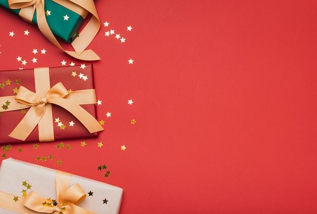 Presenteert met gouden sterren voor kerstmis Gratis Foto