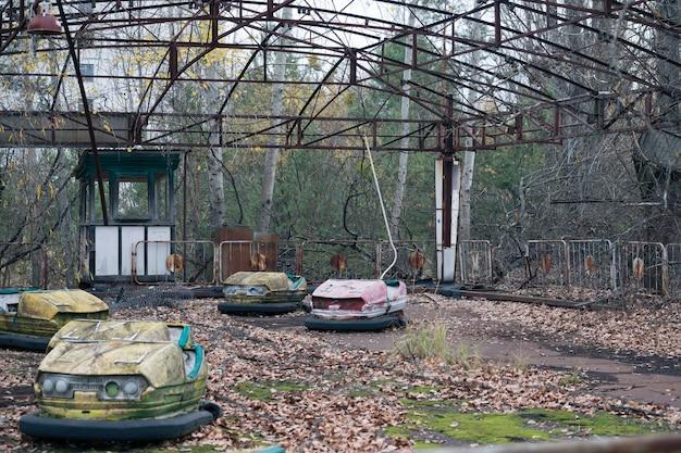 Pretpark met elektrische auto's in pripyat in tsjernobyl Premium Foto