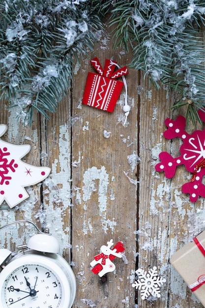 Prettige kerstdagen en gelukkige feestdagen wenskaart, frame, banner. nieuwjaar. nieuwjaarskaart met sneeuw op houten achtergrond. winter xmas vakantie thema. plat leggen. Gratis Foto