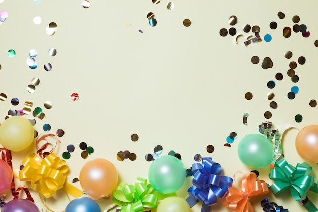 Prettige vakantie frame achtergrond met kleurrijke ballon, geschenken, confetti, carnaval cap en streamer. Premium Foto