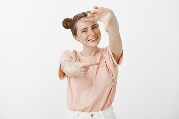 Pretty tienermeisje poseren tegen de witte muur Gratis Foto