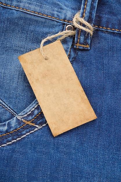 Prijskaartje op jeans blauwe zak textuur Premium Foto