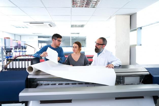 Printteam bij de industrieplotterprinter Premium Foto
