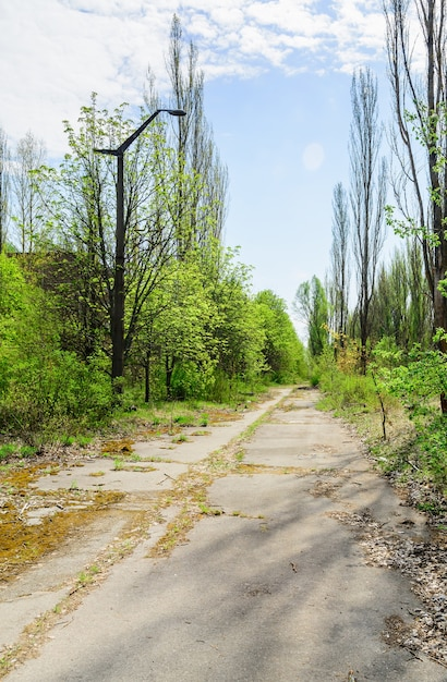 Pripyat, oekraïne. een stadsstraat van de verlaten stad pripyat in de uitsluitingszone van tsjernobyl in oekraïne. Premium Foto
