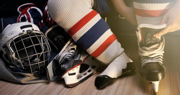 Pro ijshockey, hij schoenveter in de kleedkamer van de atleet Premium Foto