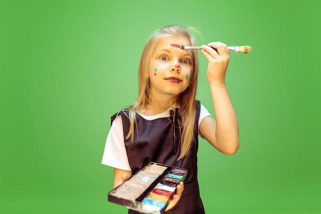 Proberen. meisje droomt van beroep van visagist. jeugd, planning, onderwijs en droomconcept. Gratis Foto