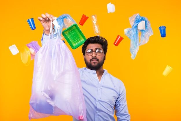 Probleem van afval, plastic recycling, vervuiling en milieuconcept - man met vuilniszak Premium Foto