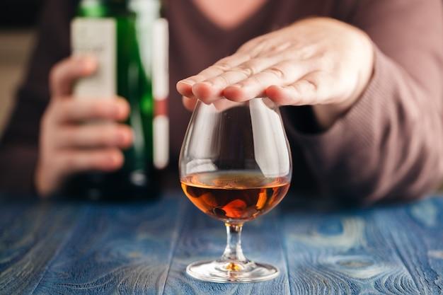 Probleem van alcoholisme, man stopt met drinken meer Premium Foto