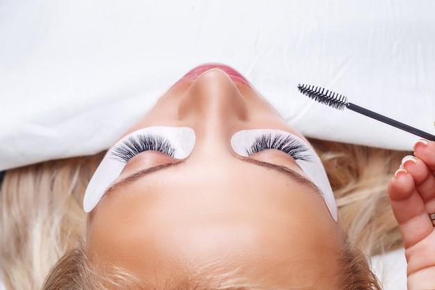 Procedure voor het verlengen van wimpers. vrouw oog met lange wimpers. wimpers, close-up, Premium Foto