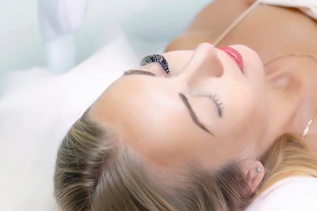 Procedure voor wimperverlenging. vrouw oog met lange wimpers. detailopname Premium Foto