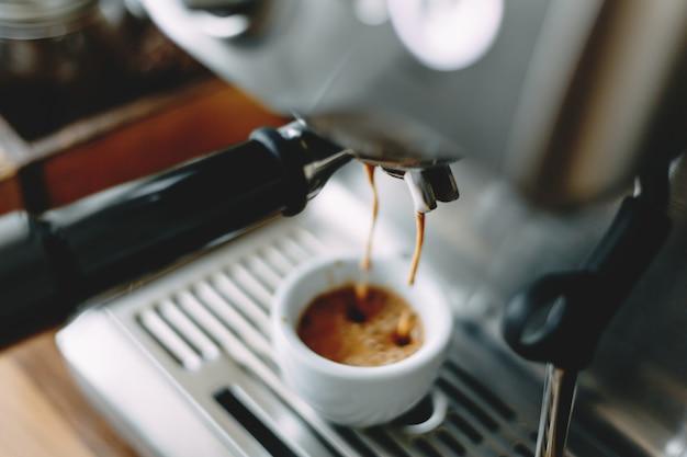 Proces om klassieke espresso in machine te maken Premium Foto